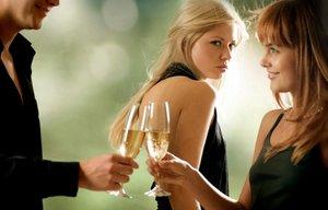Una mujer siente celos al ver a una pareja brindar.