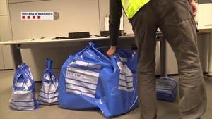 Varias bolsas con material incautado a los piratas informáticos.
