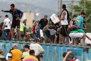Los venzolanos en el puente Simón Bolivar, en la frontera de Venezuela y Colombia.