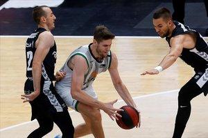 El verdinegro Conor Morgan intenta controlar el balón ante Rouselle y Sulejmanovic