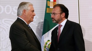 Videgaray (derecha) junto al secretario de Estado de EEUU, Rex Tillerson, en su encuentro en México, el 23 de febrero.