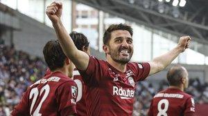Villa celebra su primer gol en Japón, con el Vissel Kobe,ante el Sagan Tosu.