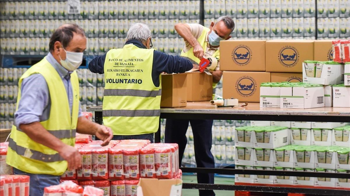 Voluntarios trabajando este lunes en el almacén del Banco de Alimentos de la localidad vizcaína de Basauri.
