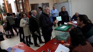 Votantes en Cuevas del Becerro.