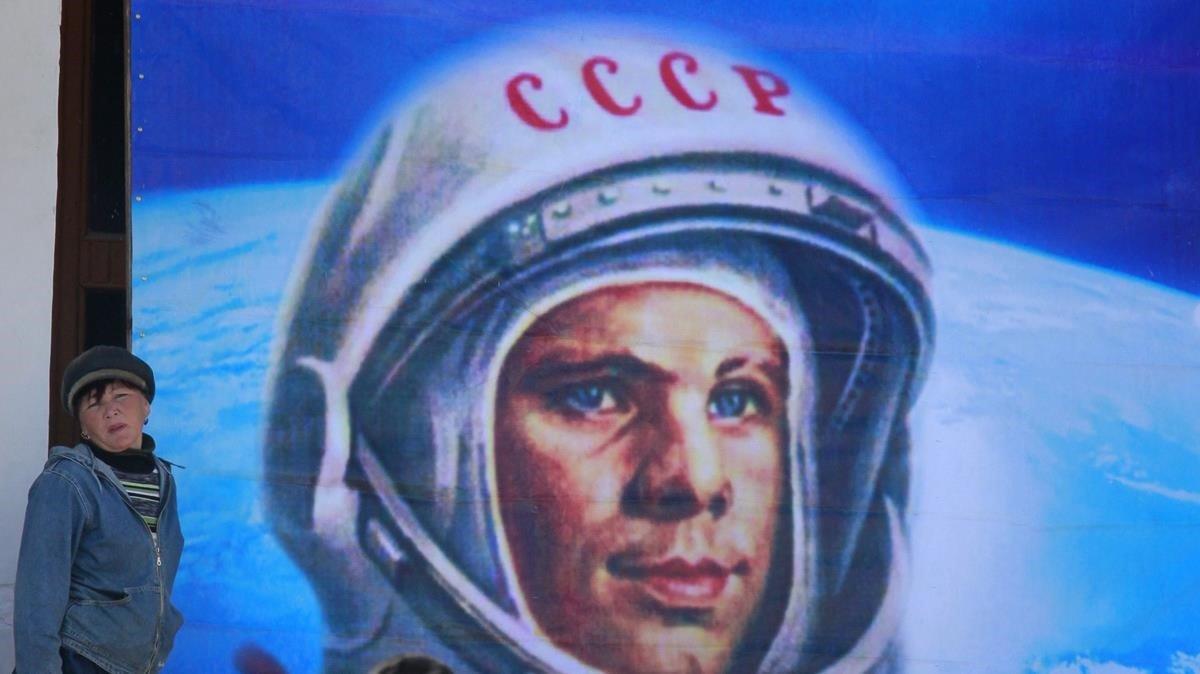 Un niño posa junto a un gran retrato de Gagarin, el mayor héroe espacial de la URSS.