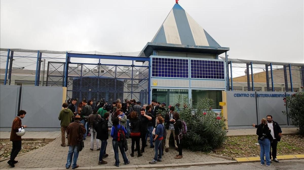 Visita de miembros de la plataforma Tanquem els CIEs al centro de la Zona Franca, el pasado octubre.