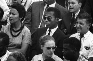 James Baldwin, en el centro con gafas de sol, en un fotograma del documental 'I'm not your negro'.