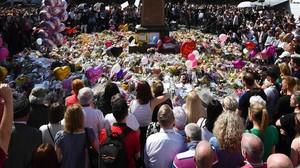 La multitud congregada en Manchester en homenaje a las víctimas.