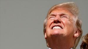 Trump mira el eclipse de Sol a ojo descubierto.