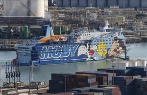 El crucero Moby Dada, uno de los barcos en los que se hospedan los agentes, en el puerto de Barcelona.