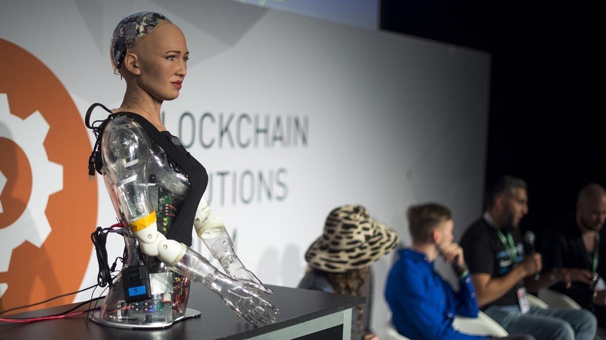 Busto de robot interactivo presentado por la empresa SingularityNet en la feria IoT sobre internet de las cosas,en la Fira Gran Via.