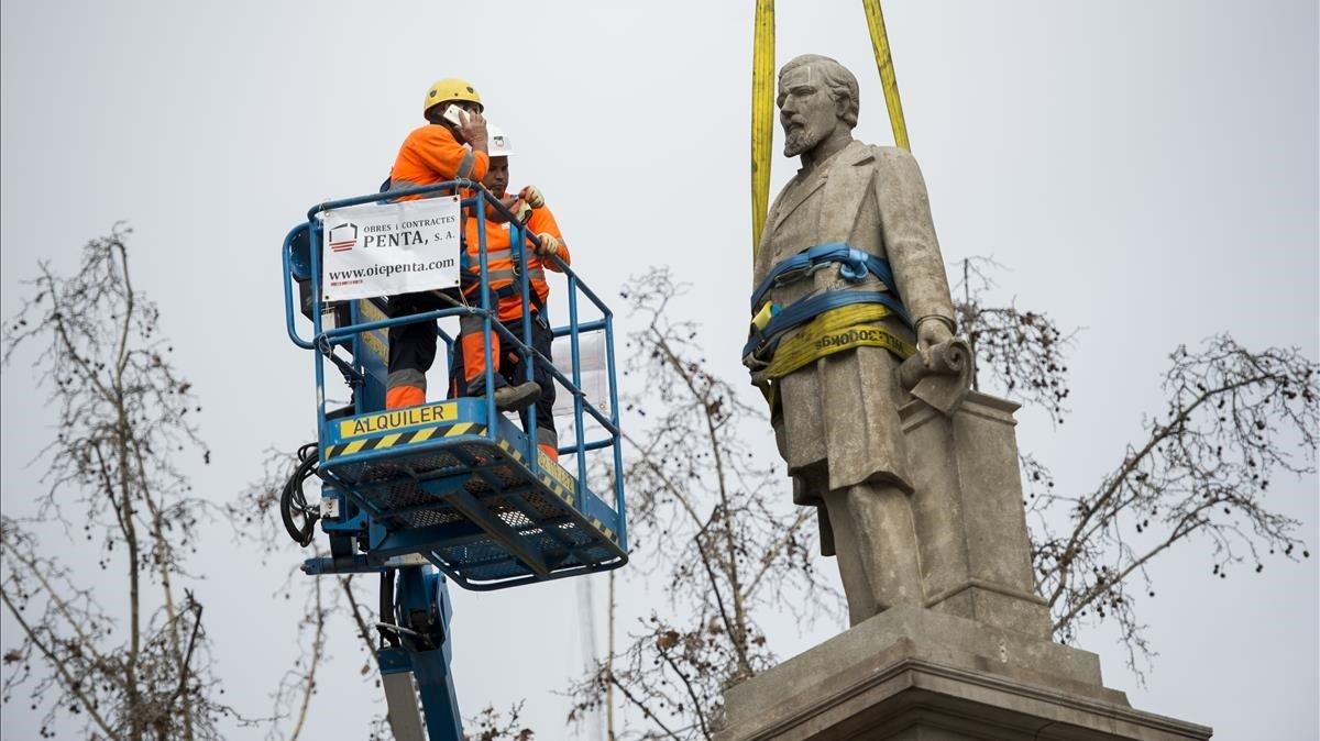 Retirada de la estatua del Marqués de Comillas, en marzodel 2018.
