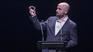 Graupera muestra un casquillo de pelota de goma lanzada el 1-O en la presentación de su propuesta de candidatura soberanista a las elecciones municipales de Barcelona.