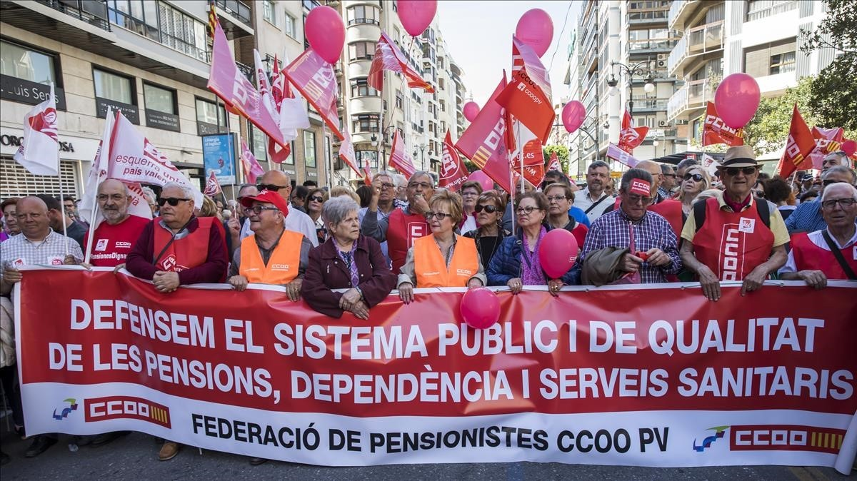 Manifestación convocada por UGT y CCOO en Valencia, en defensa de unas pensiones dignas.