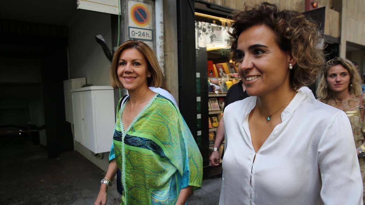 María Dolores de Cospedal, junto a Dolors Montserrat, en Barcelona.