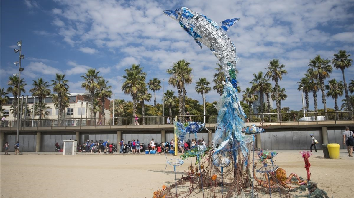 Escultura participativa hecha con residuos de la verbena de Sant Joan, este martes en la playa del Somorrostro.