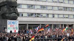 Manifestación contra los refugiados einmigrantes convocada por los ultraderechistas de AfDjunto al monumento de Karl Marx, en la ciudada sajona de Chemnitz, el 1 de septiembre del 2018.