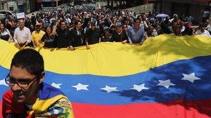 El líder opositor Henrique Capriles (centro), junto a distintos dirigentes del partido opositor Primero Justicia, participa en una caminata que acompaña el cortejo fúnebre del concejal fallecido Fernando Albán, el 10 de octubre del 2018 en Caracas.