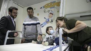 El vicepresident Pere Aragonès visita el Vall dHebron para celebrar los miltrasplantes pulmonares en Catalunya.En la foto, Isabel y Oliver con su hijo Lucas.
