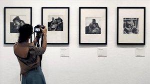 Algunas de las fotografías de Lee Miller que lucen en la exposición de la Fundació Miró.