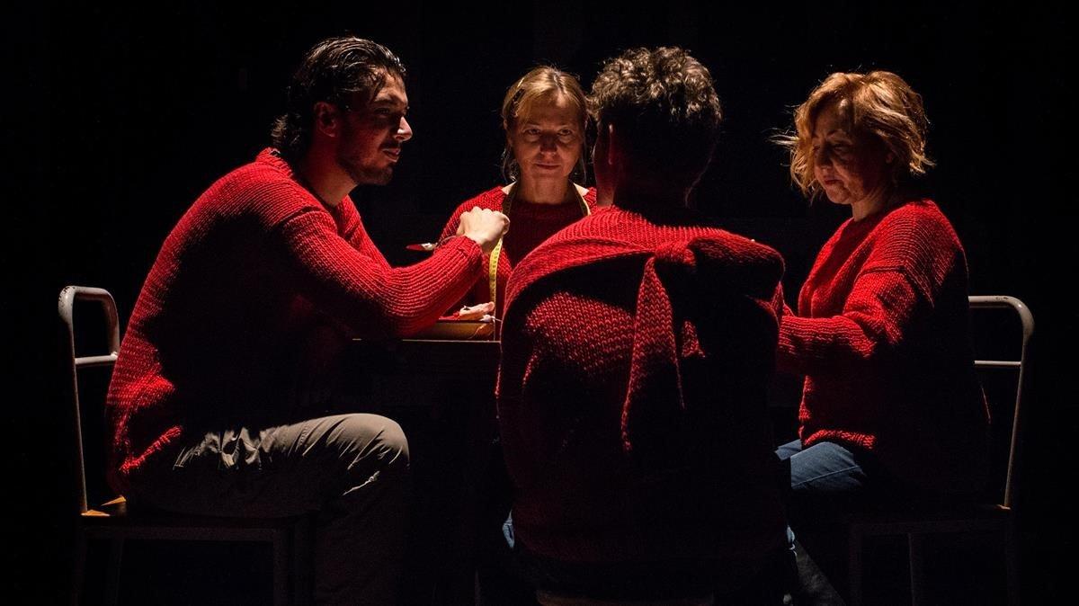 Santi Marín, Patrick Criado (de espaldas), Pilar Castro (al fondo)y Carmen Machi., en la escena final de Cronología de las bestias.