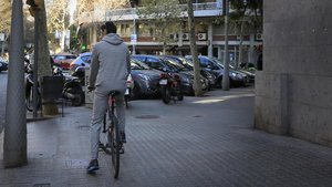 Un ciclista, en una de las aceras del Eixample que ya no podrá usar a partir del 1 de enero.