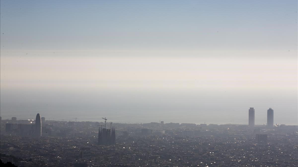 Nube de polución sobre Barcelona, a finales de febrero de este año.