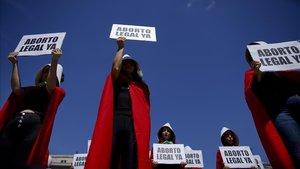 Activistas argentinas disfrazadas del personaje de El cuento de la criada en la manifestación del 8 de marzo en Buenos Aires.