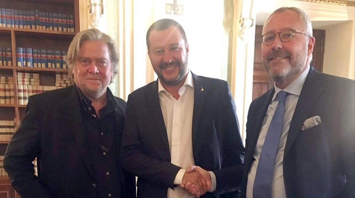 D'esquerra a dreta,Steve Bannon,Matteo Salvini iMichael Modrikamen, líder del Partie Populaire belga.