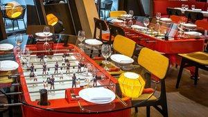 Una mesa que es un futbolíndel restaurante Jaleo, en elWalt Disney World Resort deOrlando (Florida).