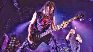 John Moyer, bajista de Disturbed, se emplea a fondo en Razzmatazz.