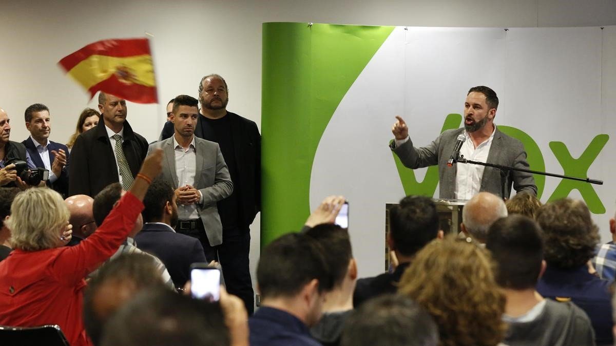 El líder de Vox, Santiago Abascal, en un mitin en Torre Baró.