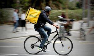 Un repartidor de Glovo pedaleando en Barcelona.