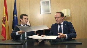 El presidente del PP, Pablo Casado, y el presidente de UPN, Javier Esparza, en la firma de la declaración conjunta.