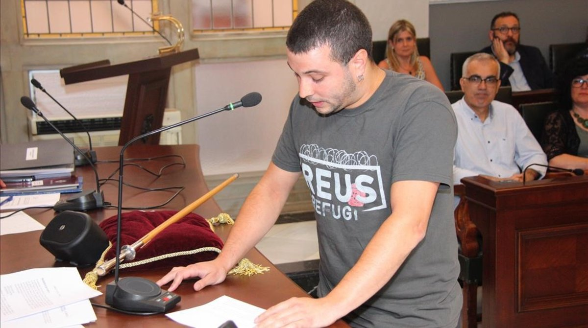 El regidor de la CUP Edgar Fernández durante su acatamiento de la Constitución.