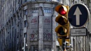 Una partedel edificio de CCOO en la Via Laietana con las mallas de seguridad tapando la fachada.