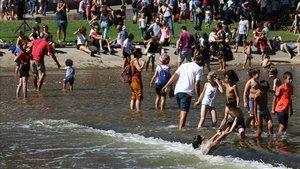 El público de la Mercè repite por segunda año consecutivo el imprudente baño en el cauce del Besòs.