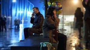 El inspector Tyador Borlú, a la izquierda, en Ul Qoma, y su compañera, la agente Corwi, en Beszel.