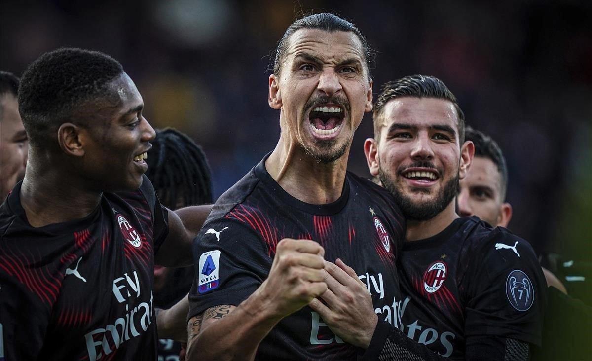 Ibrahimovic celebra su gol al Cagliari.