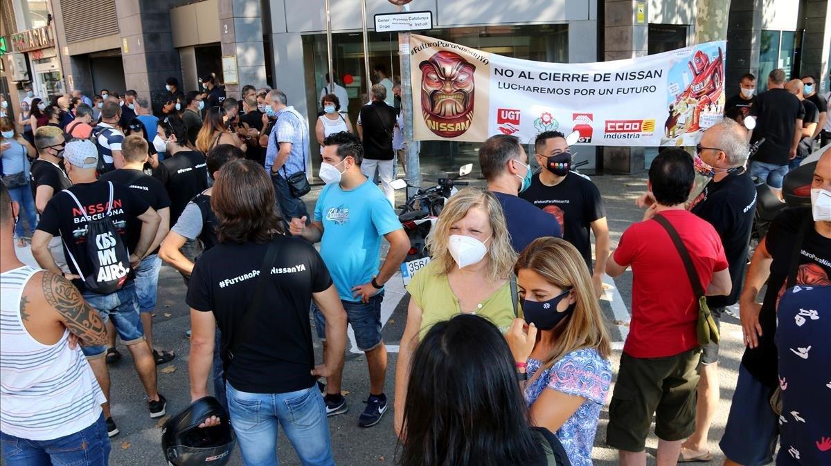 Els treballadors de Nissan a les portes d'una reunió de mediació entre sindicats, empresa i Govern