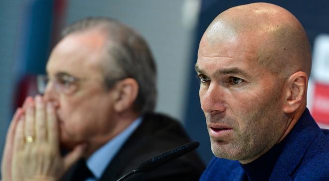 El día en que Zidane anunció su salida del Madrid. A la izquierda, Florentino Pérez