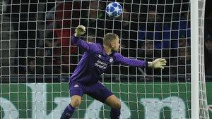 Zoet, el portero del PSV Eindhoven, se queda petrificado en el gol de Messi.