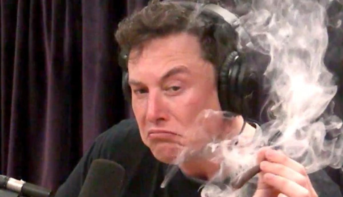 Elon Musk fumándose un porro durante una entrevista de radio.