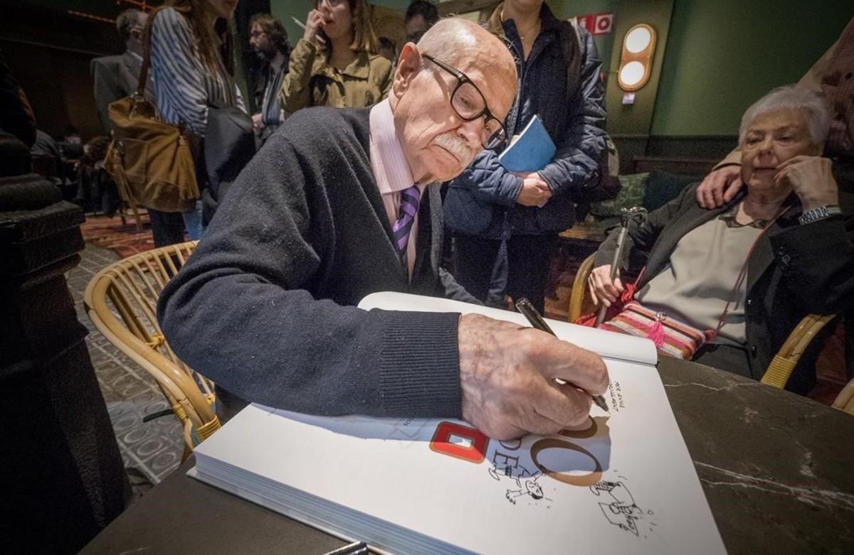 El histórico dibujante de TBO Josep Maria Blanco, firmando un ejemplar del libro de Antoni Guiral.