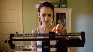 Lily Collins, en la película de Netflix Hasta los huesos