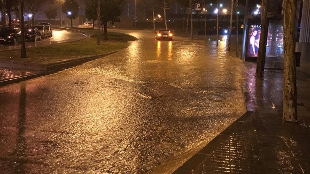 Las intensas precipitaciones han ocasionado la creación de rieras en el centro de Badalona.