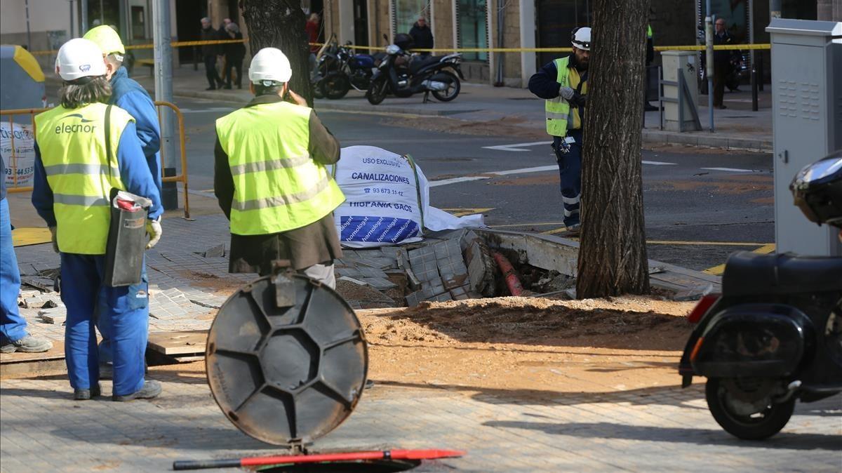 Un escape de agua en Gal·la Placídia de Barcelona obliga a cortar cuatro calles.