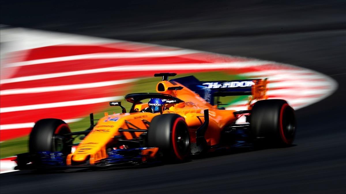Fernando Alonso y su McLaren, en la sesión de este miércoles en Montmeló.
