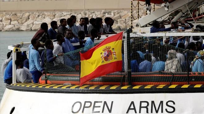 zentauroepp42574296 migrants wait to disembark from spanish ngo proactiva open a180319003654