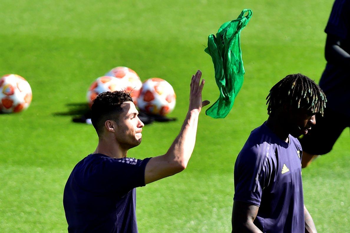 Cristiano Ronaldo (i) junto a Moise Kean en el último entrenamiento de la Juventus.
